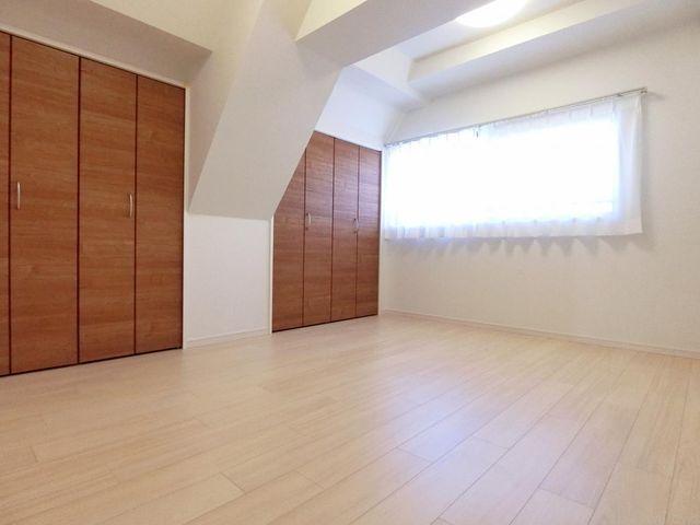 収納多数の6.8帖と広めの洋室。主寝室として使用すればご夫婦で収納を使い分けすることが可能です。