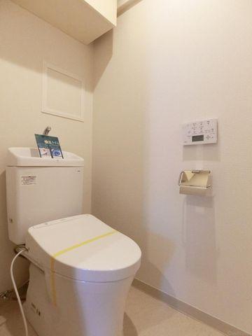 吊戸棚の収納付きのトイレです。