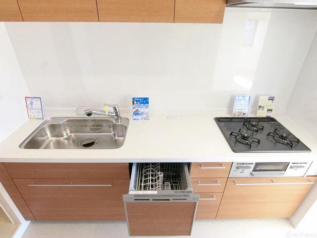 3口コンロ、食洗器などの設備が日々の家事をサポートしてくれます。