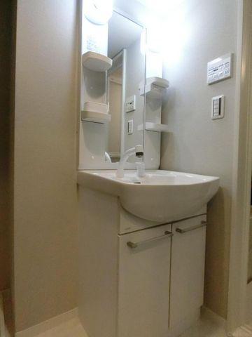 洗面は明るく朝も気持ちよく準備することができます。