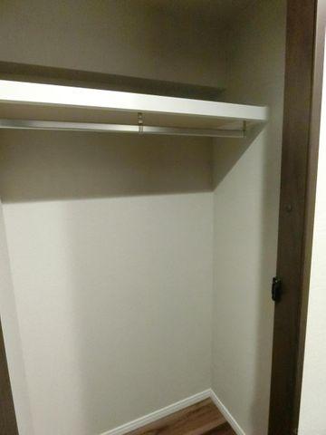 小ぶりですがウォークインクローゼットを完備しております。玄関横にございますので忘れ物も少なくなりそうですね。