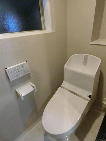 トイレには窓付きで換気が楽に行うことができます。