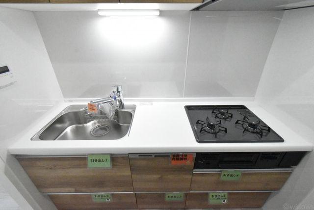 3口コンロで空間が独立したキッチンになりますので用途をしっかりと分けることができます。