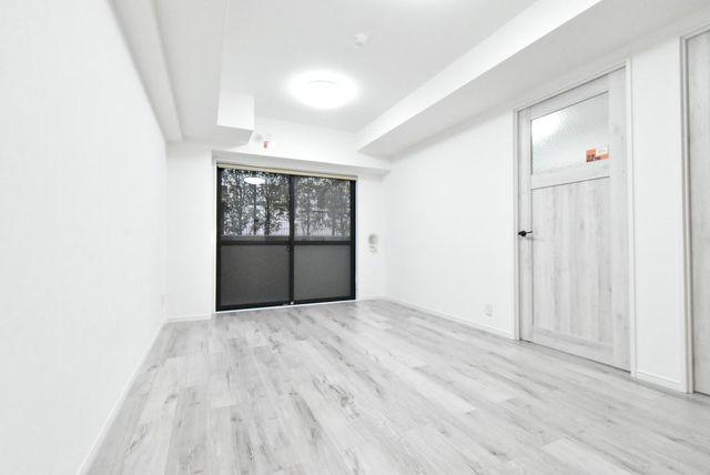 白を基調とした綺麗なリビングです。1階部分の植栽を眺めることができ緑を感じることができます。
