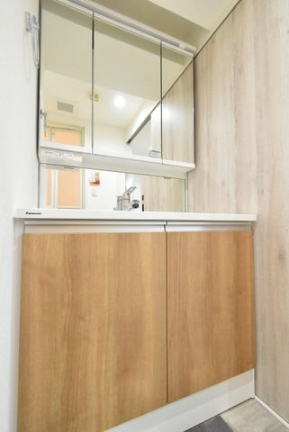 洗面は収納良好で3面鏡の使用になっております。