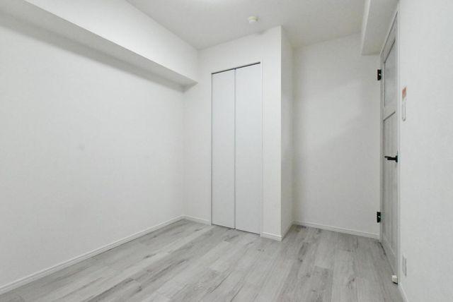 約4.7帖の洋室です。バルコニーに面しており採光をしっかり確保できております。収納も完備されております。