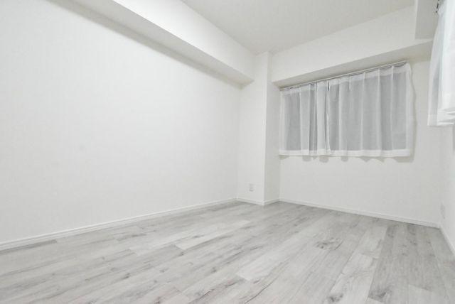 約6帖の洋室でございます。廊下側に面しており窓もございますので換気はしっかりできます。形も比較的綺麗なお部屋ですのでスペースを無駄なくお使い頂く事が可能です。