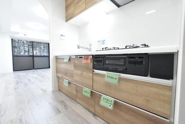食洗機付きで収納も多いキッチンです。リビングの様子を確認しながらの家事が可能です。