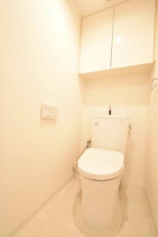 トイレは白を基調とし、清潔感のある空間に。より快適にご利用いただくために、人気のウォシュレットタイプを採用。お気に入りの絵画を飾ったり、小さなお部屋でも工夫次第で素敵な空間になります