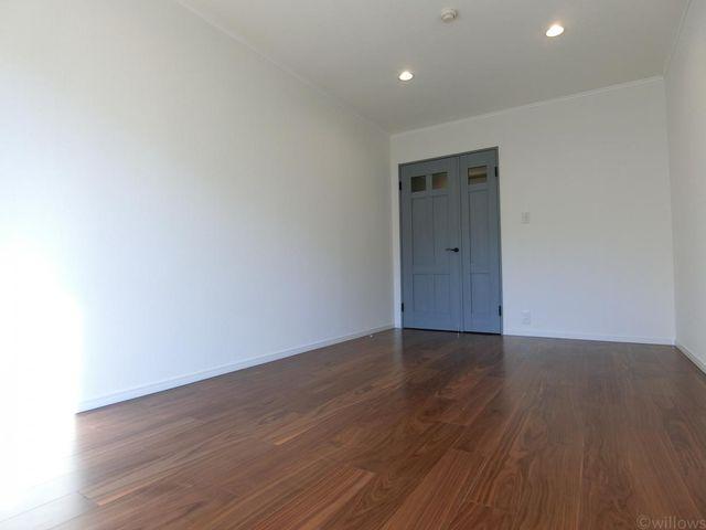 この広い壁一面だけを、将来的に着せ替えのように変更も可能。お子様のお部屋、書斎、ゲストルーム等、汎用性の高いお部屋は、プライベートな時間を満喫できる個室として。