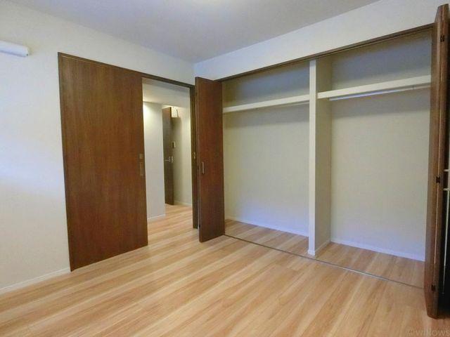 6.3帖の主寝室です。広めのクローゼットが付いており、お洋服の多い方にも安心ですね