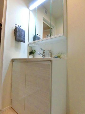 淡い色が優しい印象の洗面台です。