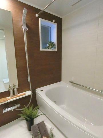 浴室もリノベーションされており、清潔感のある白色にアクセントクロスがおしゃれです。