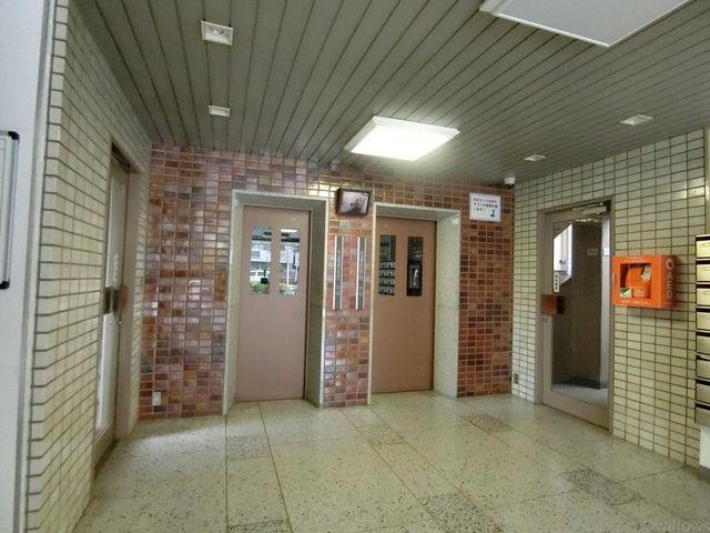 しっかり管理されたロビー、エレベーター2基で朝の忙しい時間帯も安心です。