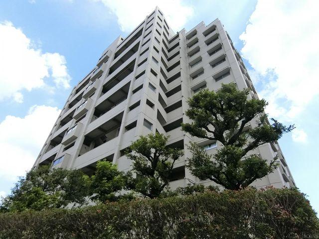 敷地が広いため周辺の建物と近接しておらず、ゆとりのある印象のマンションです。
