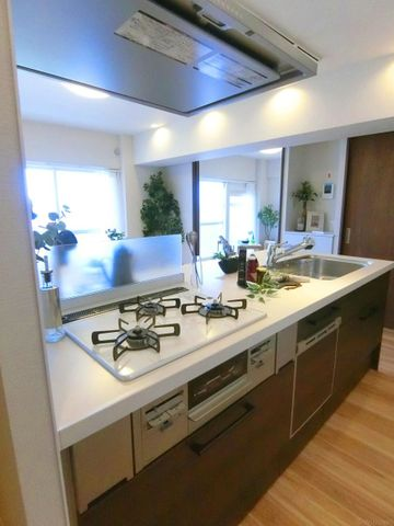 3口コンロのスタイリッシュなキッチンです。リビングが見渡せるから、ご家族の様子を見ながらお料理して頂けます。