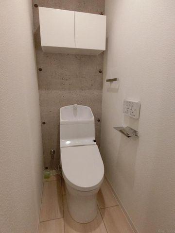 吊戸棚付きの使いやすいトイレ