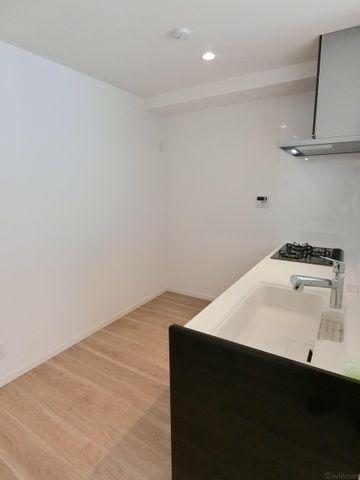 キッチン背面委は十分な広さがあり、食器棚を置いても余裕がございます。