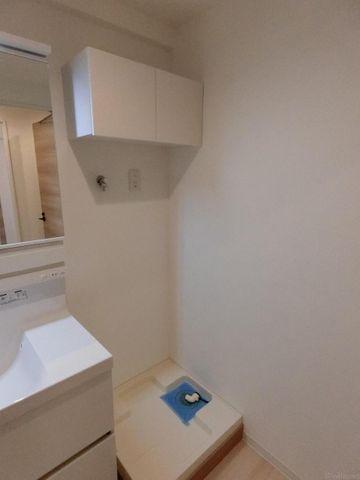 洗濯機上部には棚があり、洗剤や柔軟剤などを収納できて便利です。