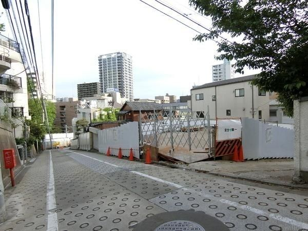 ドレメ通りに立地し、目黒駅に近く便利な立地です。前面道路が広めのため、車が通っても安心ですね。