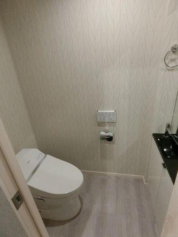 タンクレスのコンパクトなトイレ。お手洗いと簡単な収納も付いて便利です。