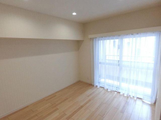 洋室(約7帖)南向き採光の取れた明るいお部屋です。収納も付いて使いやすいですね。
