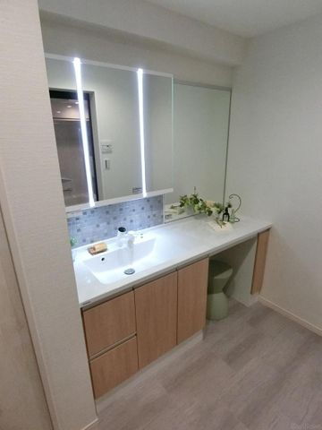 三面鏡で収納が豊富な洗面です。隣にドレッサーがございますので、お化粧することができます。