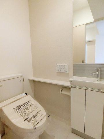 トイレは白を基調とし、清潔感のある空間に。より快適にご利用いただくために、人気のウォシュレットタイプを採用。お気に入りの絵画を飾ったり、小さなお部屋でも工夫次第で素敵な空間になります。