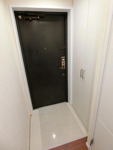 開放感と清潔感を兼ね備えた玄関。お子様が駆け込んでくる様子が想像できます。シューズBOXも十分な広さを確保しており、ブーツや傘等も収納できます。