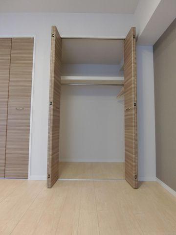 奥行きのあるクローゼットは衣装ケースや、掃除機、季節物の家電など多くの物を収納可能。プライベートルームはゆったりと快適にしたいもの。。ぜひ一度、ご自身の目でお確かめ下さい。