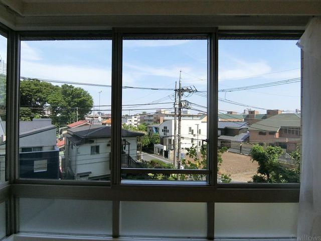 緑を望む大きな窓。
