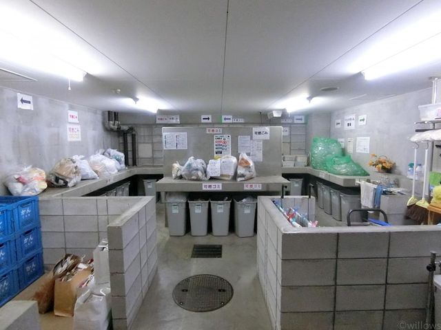 ゴミ置き場を見れば、そのマンションの管理の良さがわかると言われています。写真だけでは伝わらないほど、大変綺麗にされております。マンションの嬉しいメリット「24時間ゴミ出しOK」です。