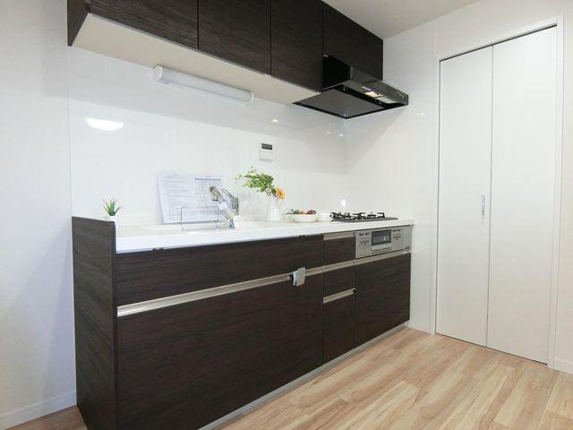 ご家族みんなで調理ができる位のスペースを実現したキッチン空間となっております。家族みんなで作った料理を召し上がりながらの会話は、きっと弾むでしょうね。