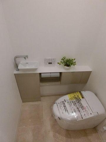 タンクレスのトイレは空間を広々と見せてくれます。快適に過ごせそうなトイレです。