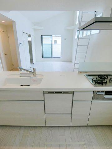 キッチンの真ん中からの写真です。お部屋の広さが伝わりますね。