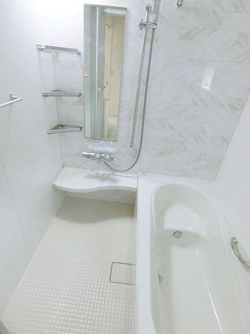 真っ白なバスルームで気持ちの良いバスタイムが過ごせそうですね。