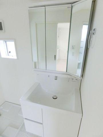 大き目の鏡に三面鏡、収納スペース付きが高ポイントです。
