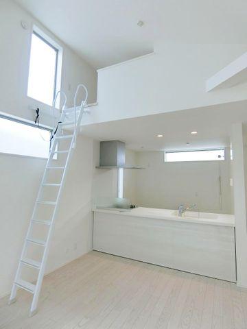 2階にリビングがございます。対面式キッチンなのでお料理をしながらリビング全体を見渡せます。