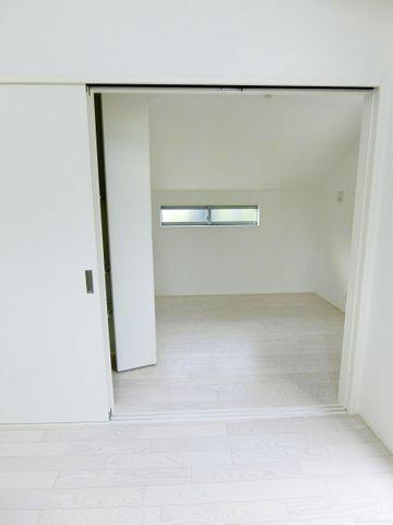 リビングの横の4.5帖のトランクルームです。トランクルームといえど窓付きで充分すぎる広さがございます
