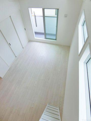 ロフト階段からのリビングの写真です。大変形の良いリビングです。