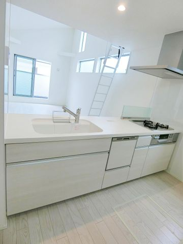 大きく広々としたキッチンです。清潔感のあるホワイトカラーでお料理が楽しくなりそうですね。