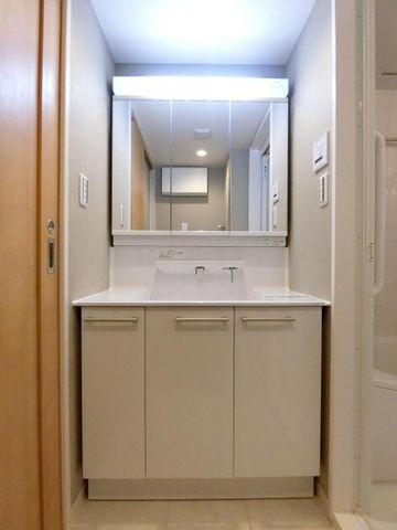 大きく見やすい三面鏡で清潔感ある洗面台は、身だしなみチェックや肌のお手入れに最適です。収納も多く、何かと物が増える場所だからこそスッキリと見映えの良い空間に。時間に余裕とゆとりを持たせます。