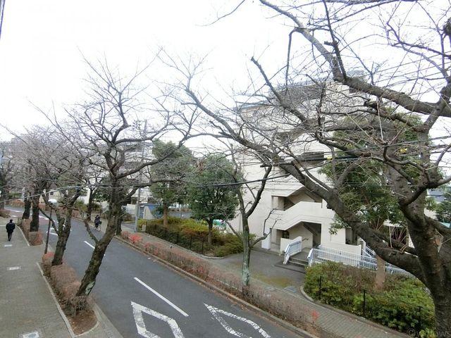 春は桜が楽しめる眺望になっております。住環境良好。