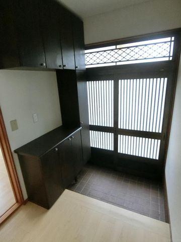 大きなシューズボックス付きの玄関ですっきり。玄関は明るく優しい光が差し込みます。