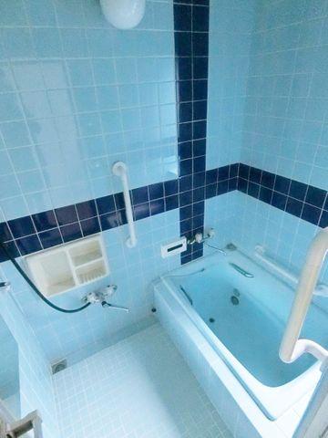 落ち着いたブルーの色合いの浴室。リフォーム済につききれいです。