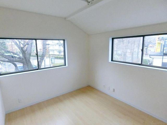 桜並木を望む眺望の2階、洋室です。