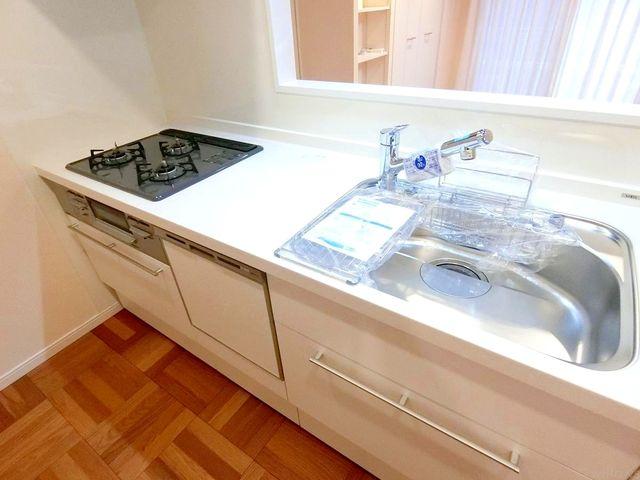 食洗機付きのシステムキッチン。三口コンロも嬉しいですね。