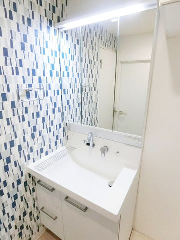 白を基調とした清潔感のあるデザインとなっております。3面鏡も付いて機能的な洗面台です。