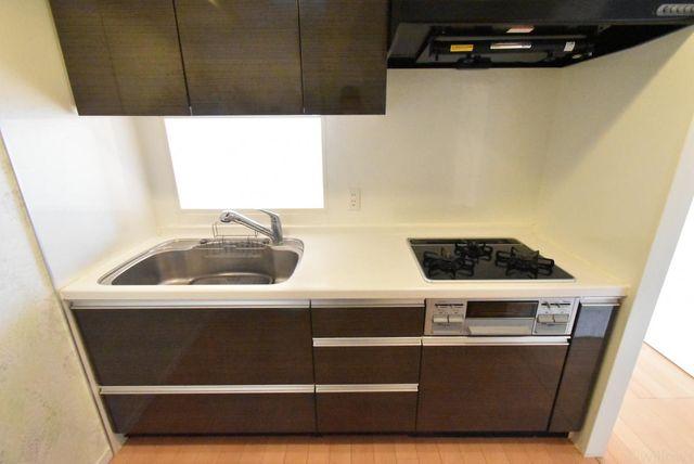 システムキッチンの収納は、デッドスペースになりやすいキャビネット内を有効活用できる、スライド式収納を採用しました。対面キャビネットも設けており、新たにカップボードを設置する必要はありません。