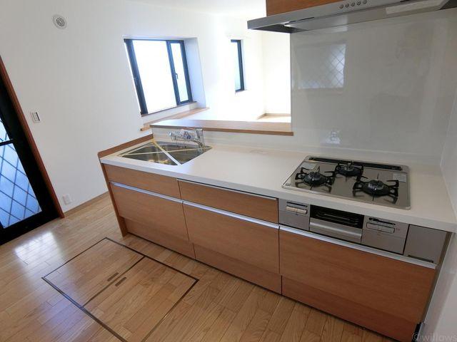 サイドから光が差し込む明るいキッチン。お料理も弾みます。床下収納もございます。